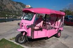 Roze autoriksja of tuk-tuk op de straat van Kotor montenegro Royalty-vrije Stock Afbeeldingen
