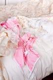 Roze baby-pop op bed Stock Foto's