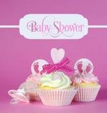 Roze babymeisje cupcakes met de tekst van de groetsteekproef in uitstekend varkenskot stock afbeelding