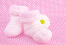Roze babymeisje gebreide sokken of schoenen royalty-vrije stock afbeeldingen