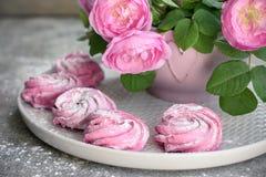 Roze bessenheemst en een boeket van rozen royalty-vrije stock afbeeldingen