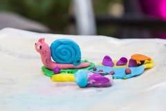 Roze blauwe slak die van kleurenplasticine wordt gemaakt royalty-vrije stock afbeeldingen