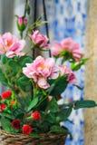 Roze bloem en blauwe azulejo bij achtergrond, Portugal Stock Foto's