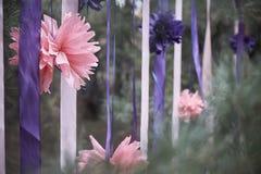Roze bloem met linten in een naaldbos stock fotografie