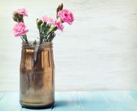 Roze bloemen in de kruik Royalty-vrije Stock Afbeelding
