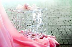 Roze bloemen in een kooi stock foto's