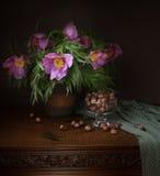 Roze bloemen in een vaas op een donkere achtergrond Royalty-vrije Stock Afbeeldingen