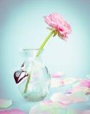 Roze boterbloemen in glasvaas met hart, liefdekaart Royalty-vrije Stock Afbeeldingen