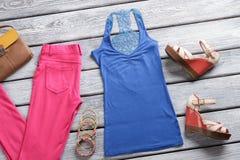 Roze broeken en blauwe bovenkant Stock Foto's