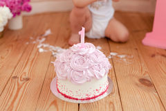 Roze cake na cakeineenstorting Stock Fotografie