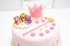 Roze cake van een kleine prinses met een kroon en dierlijke cijfers Verjaardag één éénjarige Het concept van de vakantie royalty-vrije stock afbeelding
