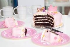 Roze cake van een kleine prinses met een kroon en dierlijke cijfers Verjaardag één éénjarige Het concept van de vakantie stock foto's