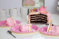 Roze cake van een kleine prinses met een kroon en dierlijke cijfers Verjaardag één éénjarige Het concept van de vakantie stock afbeelding