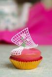 Roze cupcake met rozen Stock Afbeeldingen