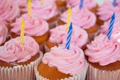 Roze cupcakes klaar voor verjaardagen royalty-vrije stock afbeelding