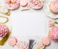 Roze cupcakes met rozen en vakantiedecor in kader Feestelijk en helder Het concept van de huwelijksviering De ruimte van het exem Stock Afbeelding