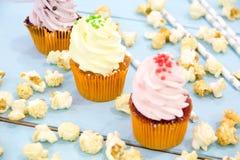 Roze cupcakes op lichtblauwe achtergrond wordt berijpt die royalty-vrije stock afbeelding