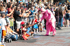 Roze Darth Vader staat met Atlanta Dragon Con Parade Spectators in wisselwerking Royalty-vrije Stock Foto