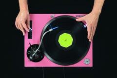 Roze de draaischijf speelmuziek van DJ Aanrakingsvinyl en hoogte met de hand Royalty-vrije Stock Fotografie