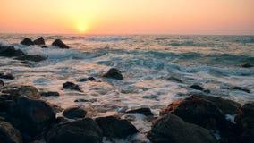 Roze-in de schaduw gestelde zonsondergang en het rollende overzees stock footage