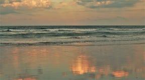 Roze de Zonsondergangbezinningen van Daytona Beach Stock Afbeeldingen