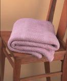 Roze deken die op houten stoel wordt gevouwen Royalty-vrije Stock Foto's