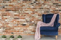 Roze deken die op leunstoel liggen royalty-vrije stock afbeelding