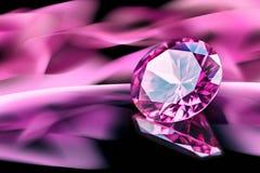 Roze diamant op weerspiegelende oppervlakte met roze onscherpe abstracte achtergrond royalty-vrije stock foto's