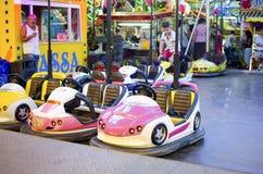 Roze die bumperauto voor kinderen in een luna park wordt geparkeerd funfair Royalty-vrije Stock Afbeeldingen