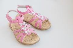 Roze die de zomersandals van het babymeisje met vlinder op een witte achtergrond wordt geïsoleerd In comfortabele schoenen voor d royalty-vrije stock foto