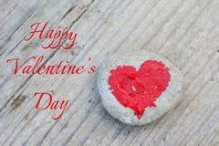 Roze die hart met lippenstift op stuk van steen op achtergrond van houten raad met dag van tekst de Gelukkige Valentine wordt ges royalty-vrije stock afbeeldingen