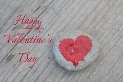 Roze die hart met lippenstift op stuk van steen op achtergrond van houten raad met dag van tekst de Gelukkige Valentine wordt ges stock fotografie