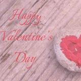 Roze die hart met lippenstift op stuk van steen op achtergrond van houten raad met dag van tekst de Gelukkige Valentine wordt ges stock foto