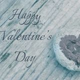 Roze die hart met lippenstift op stuk van steen op achtergrond van houten raad met dag van tekst de Gelukkige Valentine wordt ges stock afbeeldingen