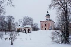 Roze die kerk op de heuvel met sneeuw in Klooster kirillo-Belozersky in Rusland wordt behandeld stock afbeeldingen