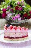 Roze die laagcake met verse vruchten wordt verfraaid Royalty-vrije Stock Fotografie