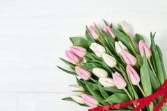 Roze die tulpenboeket met hartenlint wordt verfraaid De ruimte van het exemplaar Stock Foto's