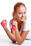 Roze domoren in de handen van vrouwen Stock Afbeelding