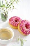 Roze doughnut en koffie Stock Afbeelding