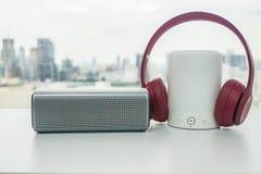 Roze draadloze hoofdtelefoon met bluetoothspreker met lichte optie stock afbeelding