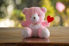 Roze draag Doll en Rood hart Royalty-vrije Stock Afbeelding