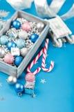 Roze en blauwe Kerstmisballen en verpakkend document voor giften met oud fotokader op houten lijst royalty-vrije stock foto