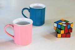 Roze en blauwe mokken en een raadsel. Royalty-vrije Stock Foto