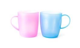 Roze en blauwe plastic koppen op witte achtergrond Royalty-vrije Stock Fotografie