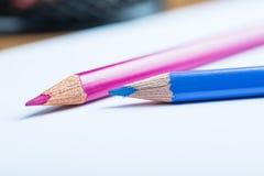 Roze en blauwe potloden met een Witboek Royalty-vrije Stock Afbeelding