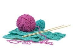 Roze en celadon ballen van wol en breiend patroon Royalty-vrije Stock Foto's