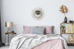 Roze en gouden slaapkamer royalty-vrije stock fotografie