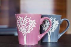 Roze en grijze koppen Stock Foto's