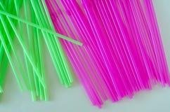 Roze en groen het drinken stro in rijen Stock Foto