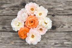 Roze en oranje rozen op oude raad Royalty-vrije Stock Fotografie